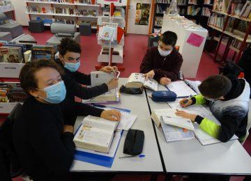Les élèves de 3e Prépa-métiers utilisent les dictionnaires pour tenter de gagner le concours de culture générale organisé par leur enseignante de français