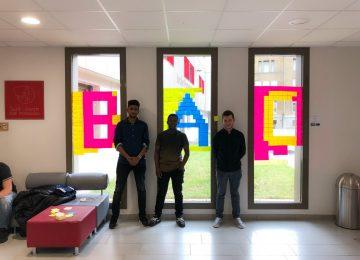 Un mur de post-it réalisé par les élèves de Tle Bac Pro ELEEC en Arts