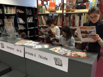 le_kiosque_et_les_filles_-_copie